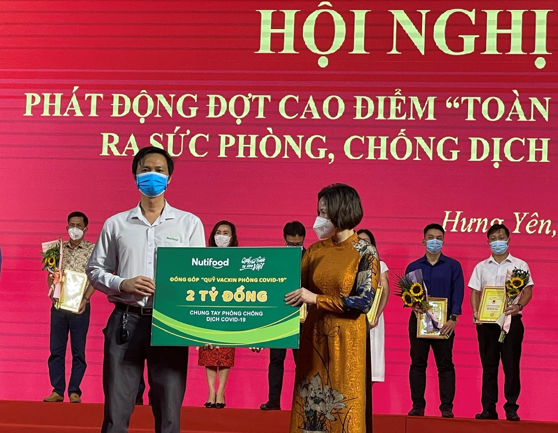 dai-dien-quy-phat-trien-tai-nang-viet-cua-ong-bau-trao-tang-2-ty-dong-cho-quy-phong-chong-dich-covid-19-tinh-hung-yen-1624613524.jpg